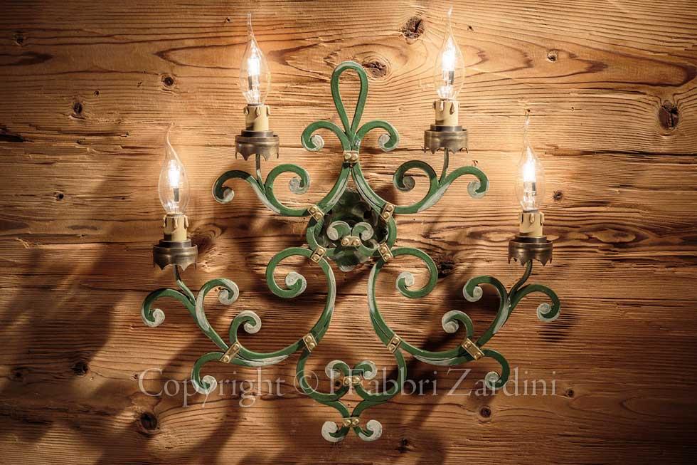 A r applique a quattro luci in ferro battuto dipinta a mano